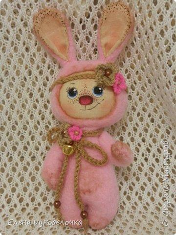 Появился на свет ещё один кроль. Маленькая розово-шоколадная девочка. Выкройка всё та же, но сшита зайка из флиса. Ручки армированы. Цветочки связаны крючком. ( Оля, снова использовала твои бусинки). фото 1