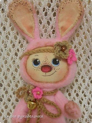 Появился на свет ещё один кроль. Маленькая розово-шоколадная девочка. Выкройка всё та же, но сшита зайка из флиса. Ручки армированы. Цветочки связаны крючком. ( Оля, снова использовала твои бусинки). фото 2