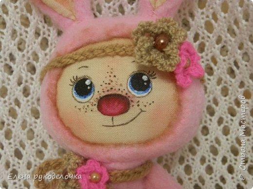 Появился на свет ещё один кроль. Маленькая розово-шоколадная девочка. Выкройка всё та же, но сшита зайка из флиса. Ручки армированы. Цветочки связаны крючком. ( Оля, снова использовала твои бусинки). фото 3