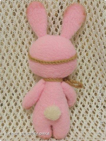 Появился на свет ещё один кроль. Маленькая розово-шоколадная девочка. Выкройка всё та же, но сшита зайка из флиса. Ручки армированы. Цветочки связаны крючком. ( Оля, снова использовала твои бусинки). фото 4