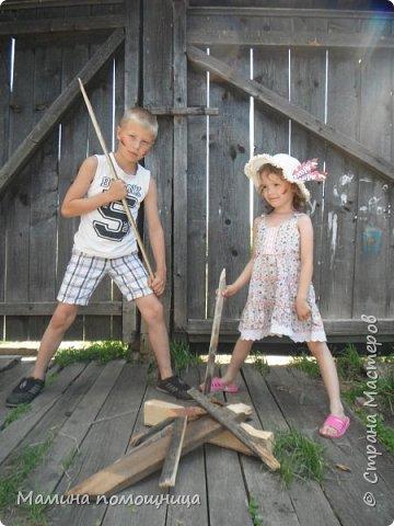 Здравствуйте, мастера! В этом году лето нас не радует, поэтому фото прошлогодние.  Сначала София с двоюродным братом играли в индейцев. фото 1