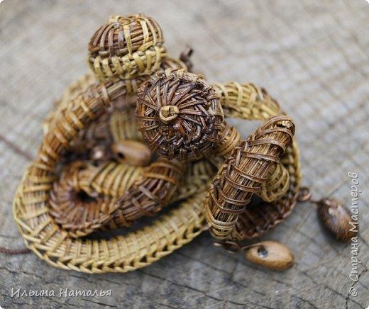 Асимметричный кулон из сосновой иглы с бусинами из кедровых орешков фото 3