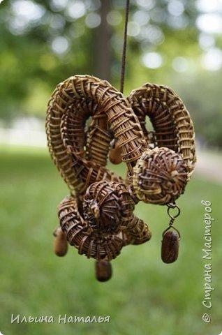 Асимметричный кулон из сосновой иглы с бусинами из кедровых орешков фото 4