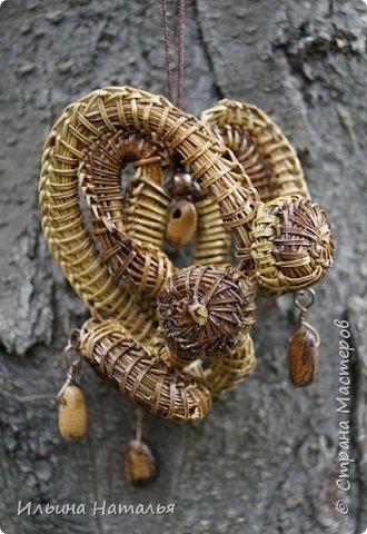 Асимметричный кулон из сосновой иглы с бусинами из кедровых орешков фото 1