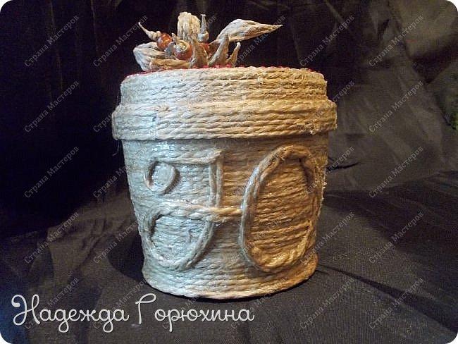 Небольшая шкатулка, выполнена в технике джутовая филигрань. Баночка из под крема, отделана джутом, бусинами, стразами и пайетками. Шкатулка именная, на джутовой основе винтажная буква. фото 3