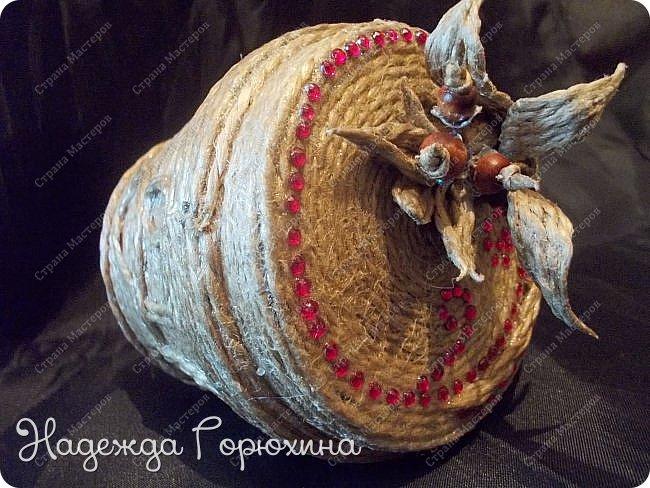 Небольшая шкатулка, выполнена в технике джутовая филигрань. Баночка из под крема, отделана джутом, бусинами, стразами и пайетками. Шкатулка именная, на джутовой основе винтажная буква. фото 4
