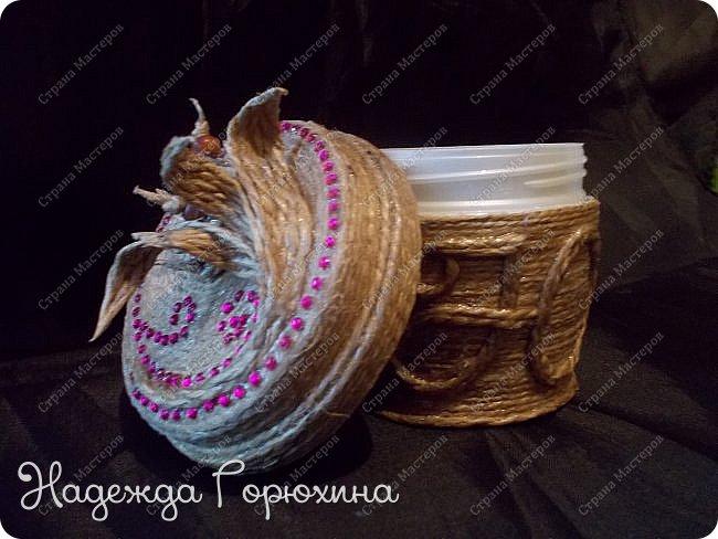 Небольшая шкатулка, выполнена в технике джутовая филигрань. Баночка из под крема, отделана джутом, бусинами, стразами и пайетками. Шкатулка именная, на джутовой основе винтажная буква. фото 1