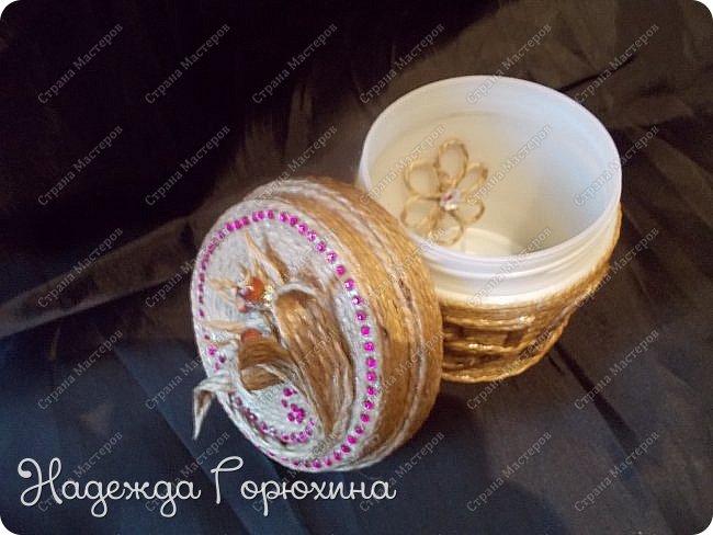 Небольшая шкатулка, выполнена в технике джутовая филигрань. Баночка из под крема, отделана джутом, бусинами, стразами и пайетками. Шкатулка именная, на джутовой основе винтажная буква. фото 5