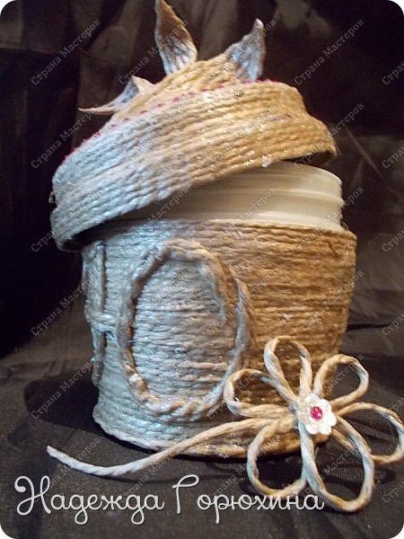 Небольшая шкатулка, выполнена в технике джутовая филигрань. Баночка из под крема, отделана джутом, бусинами, стразами и пайетками. Шкатулка именная, на джутовой основе винтажная буква. фото 6