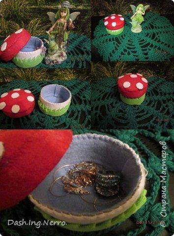 """Флисовая шкатулка """"Гриб"""". Ручная работа. Сделана из картона и обклеена флисовой тканью. На фотографии показано как она выглядит с открытой и закрытой крышкой. Внутри этой шкатулки хранятся золотые и серебряные украшения. Идеальный подарок для любимой девушки. Гипсовая фигурка зелёной феи украшена поясом, ожерельем и браслетами из розового бисера. Под фигуркой феи и шкатулкой постелена вязаная зеленая салфетка. Фотография - натюрморт: как будто Зеленая Фея достает из шкатулки в виде гриба все свои украшения и примеряет их на себя. Материалы для шкатулки """"Гриб"""": заготовки из картона, флисовая ткань, клей, нить и игла. Собирала шкатулку строго по инструкции, чтобы она была такая же, как на коробке, в которой её купили. фото 1"""