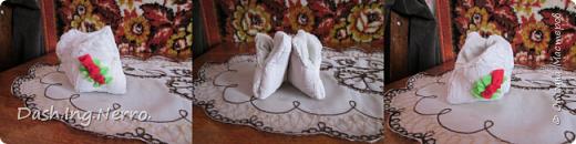 """Это подарок от меня для моей бабушки. Ещё одна миниатюрная шкатулочка, которую я сшила своими руками. Из шкатулки эта моя поделка стала игольницей. Вторую пару таких же миниатюрных туфелек-""""лотосов"""" я сшила ещё и для бабушкиной сестры.  Китайские туфельки-""""лотосы"""".  Ручная работа. Поделка из старого изрядно поношенного женского бюстгальтера и трусиков. Это миниатюрная шкатулка в виде сувенирных китайских туфелек-лотосов. Очень простая модель. Сами туфельки полностью сшиты из женского бюстгальтера, а внутренняя обшивка туфелек сшита из ткани трусиков. По бокам туфелек пущен узор в виде красных роз из флисовой ткани. В эти туфельки можно класть любые приятные мелочи. Или поставить на полочку, чтобы украсить комнату."""