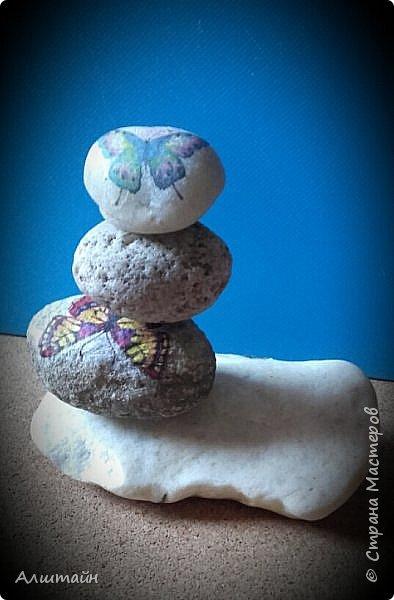 """Самый простой способ украсить камень  картинкой - это конечно же ДЕКУПАЖ! ;О) Такие камешки можно сначала задекорировать вместе с детьми, а потом играть с ними!  Например: найти две одинаковые картинки! :))) или построить """"пирамиду""""! ;))) фото 7"""