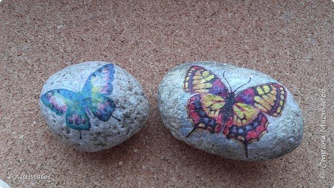 """Самый простой способ украсить камень  картинкой - это конечно же ДЕКУПАЖ! ;О) Такие камешки можно сначала задекорировать вместе с детьми, а потом играть с ними!  Например: найти две одинаковые картинки! :))) или построить """"пирамиду""""! ;))) фото 3"""
