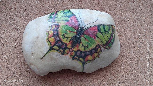 """Самый простой способ украсить камень  картинкой - это конечно же ДЕКУПАЖ! ;О) Такие камешки можно сначала задекорировать вместе с детьми, а потом играть с ними!  Например: найти две одинаковые картинки! :))) или построить """"пирамиду""""! ;))) фото 2"""