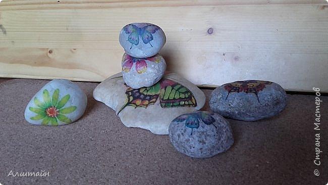 """Самый простой способ украсить камень  картинкой - это конечно же ДЕКУПАЖ! ;О) Такие камешки можно сначала задекорировать вместе с детьми, а потом играть с ними!  Например: найти две одинаковые картинки! :))) или построить """"пирамиду""""! ;))) фото 6"""