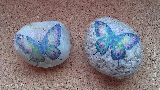 """Самый простой способ украсить камень  картинкой - это конечно же ДЕКУПАЖ! ;О) Такие камешки можно сначала задекорировать вместе с детьми, а потом играть с ними!  Например: найти две одинаковые картинки! :))) или построить """"пирамиду""""! ;))) фото 5"""