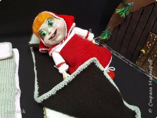 Здравствуйте всем!!!! Долго я не появлялась здесь-много всякого было.....Но вот моя новая сказка ! Куклы сделаны в разных техниках:мама Медведица и маленький Мишка-вязанные куклы,папа Медведь- сделан из пароллона,потом весь обвязан и покрашен акриловыми красками.Маша-каркасная кукла,она может ходить,одежда вязанная,голова из папье-маше и покрашена акриловыми красками.Домик-пароллоновый,с разными добавками. фото 11