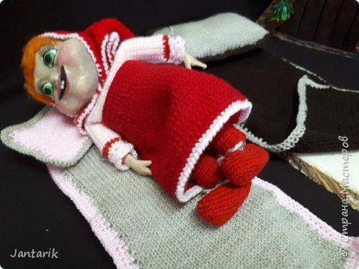 Здравствуйте всем!!!! Долго я не появлялась здесь-много всякого было.....Но вот моя новая сказка ! Куклы сделаны в разных техниках:мама Медведица и маленький Мишка-вязанные куклы,папа Медведь- сделан из пароллона,потом весь обвязан и покрашен акриловыми красками.Маша-каркасная кукла,она может ходить,одежда вязанная,голова из папье-маше и покрашена акриловыми красками.Домик-пароллоновый,с разными добавками. фото 12