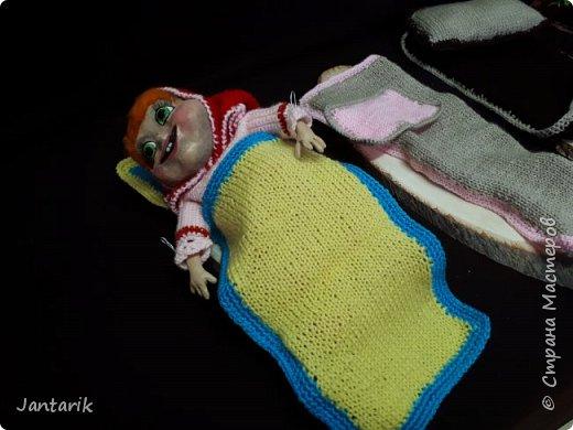 Здравствуйте всем!!!! Долго я не появлялась здесь-много всякого было.....Но вот моя новая сказка ! Куклы сделаны в разных техниках:мама Медведица и маленький Мишка-вязанные куклы,папа Медведь- сделан из пароллона,потом весь обвязан и покрашен акриловыми красками.Маша-каркасная кукла,она может ходить,одежда вязанная,голова из папье-маше и покрашена акриловыми красками.Домик-пароллоновый,с разными добавками. фото 13