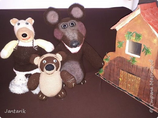 Здравствуйте всем!!!! Долго я не появлялась здесь-много всякого было.....Но вот моя новая сказка ! Куклы сделаны в разных техниках:мама Медведица и маленький Мишка-вязанные куклы,папа Медведь- сделан из пароллона,потом весь обвязан и покрашен акриловыми красками.Маша-каркасная кукла,она может ходить,одежда вязанная,голова из папье-маше и покрашена акриловыми красками.Домик-пароллоновый,с разными добавками. фото 14