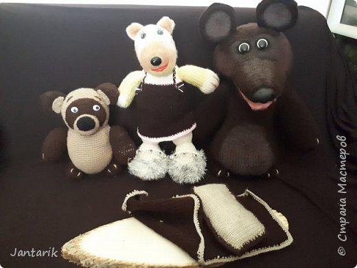 Здравствуйте всем!!!! Долго я не появлялась здесь-много всякого было.....Но вот моя новая сказка ! Куклы сделаны в разных техниках:мама Медведица и маленький Мишка-вязанные куклы,папа Медведь- сделан из пароллона,потом весь обвязан и покрашен акриловыми красками.Маша-каркасная кукла,она может ходить,одежда вязанная,голова из папье-маше и покрашена акриловыми красками.Домик-пароллоновый,с разными добавками. фото 17