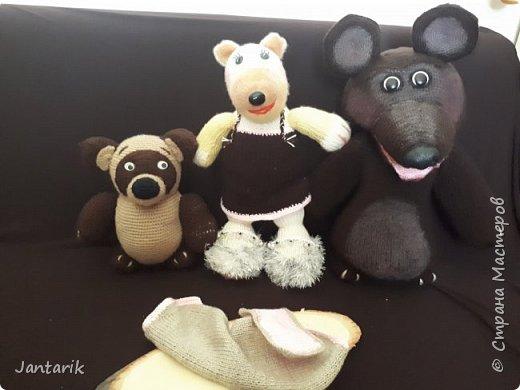 Здравствуйте всем!!!! Долго я не появлялась здесь-много всякого было.....Но вот моя новая сказка ! Куклы сделаны в разных техниках:мама Медведица и маленький Мишка-вязанные куклы,папа Медведь- сделан из пароллона,потом весь обвязан и покрашен акриловыми красками.Маша-каркасная кукла,она может ходить,одежда вязанная,голова из папье-маше и покрашена акриловыми красками.Домик-пароллоновый,с разными добавками. фото 18