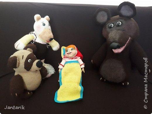 Здравствуйте всем!!!! Долго я не появлялась здесь-много всякого было.....Но вот моя новая сказка ! Куклы сделаны в разных техниках:мама Медведица и маленький Мишка-вязанные куклы,папа Медведь- сделан из пароллона,потом весь обвязан и покрашен акриловыми красками.Маша-каркасная кукла,она может ходить,одежда вязанная,голова из папье-маше и покрашена акриловыми красками.Домик-пароллоновый,с разными добавками. фото 19