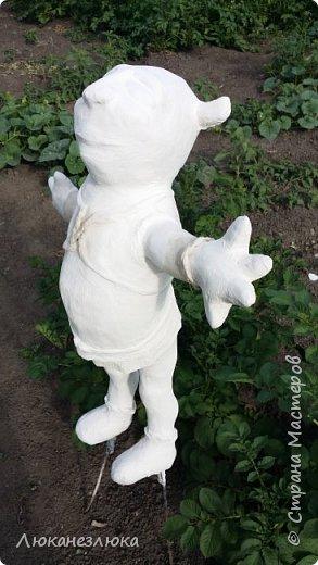 """Доброе время суток , друзья ! Сделала я уличную фигурку для сада - Шрека.  За основу взяла большую мягкую игрушку Шрека .Обмотала его пленкой , обклеила скотчем  , потом малярной лентой   и снова скотчем . Аккуратно маникюрными ножницами разрезала форму , вытянула мягкую игрушку. В получившуюся форму набила мелко нарезанного пенопласта , вставила железные прутья ( для ног и головы) и прикрепила к ним проволокой электроды для рук  , Когда все части тела укрепила на железных прутьях - все проклеила скотчем , наростила живот , обьем ног - приматывая скотчем где пенопласт , где плотную бумагу . Голову проклеила туалетной бумагой , на разведенном водой клее пва .туловище , руки , ноги забинтовала бинтом , когда все"""" высохло нанесла слой сатенгипса (с высыханием , нанесла 3 слоя , после нанесения сатенгипса ,,прошлась,, мокрой щеткой по поделке. Сделала нос и брови ,контуры одежки (сатенгипсом нанесла где надо обьем) ..Последний слой сатенгипса пошлифовала и покрасила фигурку красками для наружних работ. фото 8"""