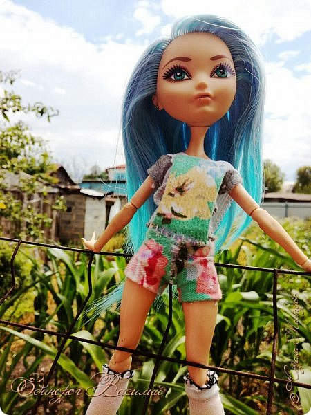 Доброго дня (или вечера). Сегодня мы со Стеф сдаем работу на конкурс от Розабеллы Бьюти (Нины). На конкурс нужно было сшить кукле летний наряд.  Подумав,я решила,что это будет комбез и простенькая футболка. Сначала комбез планировался быть джинсовым,и,когда я не нашла такой ткани,я приуныла. Порыскав в закромах я нашла вот такую цветочную ткань от брюк,и решила,что комбез будет именно таким. Футболку сшила из обычного серого трикотажа. Но,видя уже законченный образ я поняла,что чего-то не хватает. Тогда-то и пошились белые капроновые чулки.  Я сдаю работу так рано потому,что 18 числа уезжаю в лагерь,и не вернусь до 7 августа. Ох,что-то я много тут разговариваю ~Приятного просмотра~ фото 22