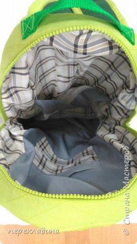 Рюкзак для первоклассника, сшит из плащевой ткани, укреплен фетром и отстрочен декоративными машинными строчками,на наружной части аппликация в виде  бабочки и карман из арганзы, например для бутылки воды. фото 4