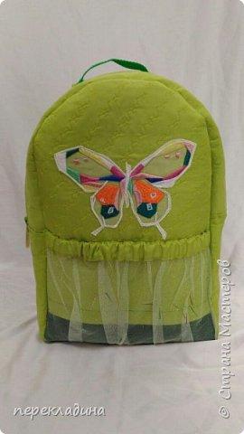 Рюкзак для первоклассника, сшит из плащевой ткани, укреплен фетром и отстрочен декоративными машинными строчками,на наружной части аппликация в виде  бабочки и карман из арганзы, например для бутылки воды. фото 1
