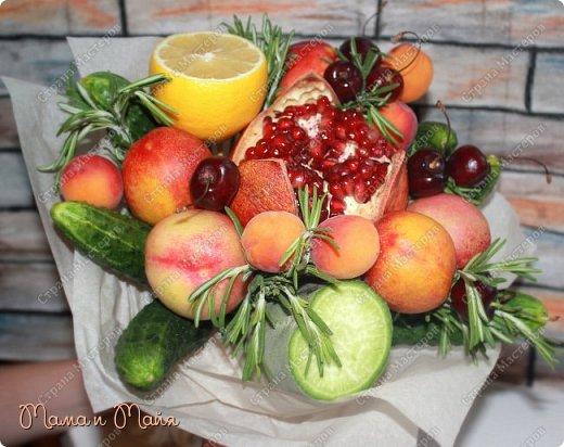 """Доброго времени суток, дорогие гости и жители СМ! Я к Вам с букетом! """"А за что?"""" - спросите Вы, а я отвечу: """"Просто так!"""")))) Букет не простой, а съедобный в полном смысле этого слова, ибо состоит из фруктов и овощей, ягод и ароматных трав. Конечно, есть мастерицы, которые делают такие букеты виртуозно! У меня это первый, был изготовлен из того,что дома нашла))) фото 2"""