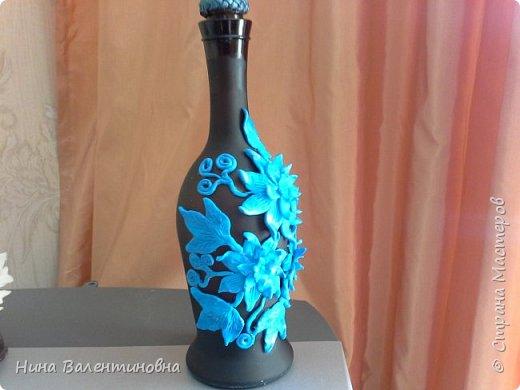 Добрый день дорогие мастерицы и уважаемые мастера.Сегодня у меня бутылочки оформленые фомом.Вдохновитель Инна Зорина. Первая бутылка матовая , на свет прозрачная, коричневая.Пробка  обклена косичкой из кожи.Цветочки немного тонировала голубым перламутром. фото 3