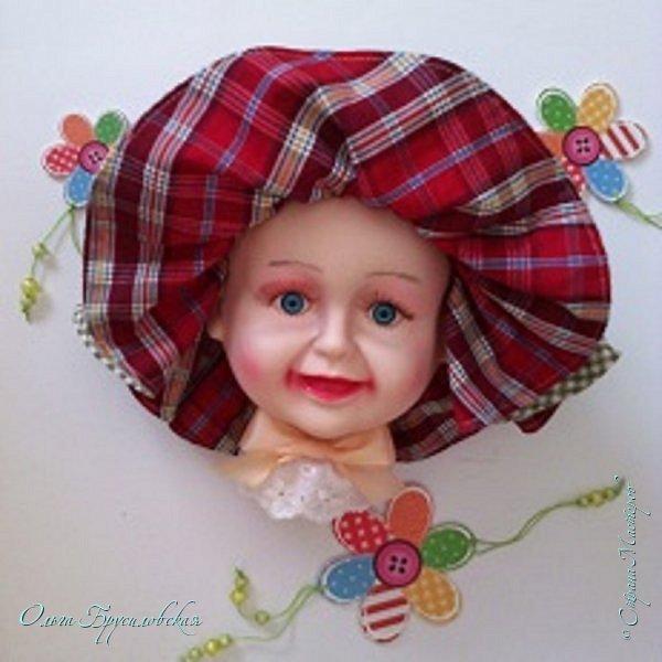 """Сколько себя помню, всегда любила рисовать и, как все девочки, играть в куклы. В 5 лет на свой день рождения попросила в подарок детскую швейную машину. Очень хотелось самой шить платья для кукол.  Видимо, это от бабушки - она превосходно шила. Когда я приходила в детский сад в новом платье, которое бабушка перешивала для меня из маминого старого, снабдив его удивительной красоты рюшами, бантиками, аппликациями и прочими наворотами,весь детский сад, от детворы до воспитателей, нянечек и заведующей, сбегался смотреть на Ольньку Павлову.  Мои костюмы, сшитые бабушкой для новогодних утренников,были, конечно, самыми лучшими. А, когда я пошла в первый класс, бабушка сшила мне буквально все: от нижнего белья до шубы. Жаль, бабушка умерла, когда мне было 8 лет... В наследство от нее мне осталась ее швейная машина и книга """"Кройка и шитье""""... Вот тут и началось: для своих кукол я шила простенькие юбочки, платьица... Очень много рисовала бумажных кукол и придумывала для них удивительные наряды. Даже в школе, на уроках порой этим занималась: все мои учебники были разрисованы девушками в модных нарядах.  В то время купить в магазинах что-то модное было практически невозможно, и многие шили одежду в ателье. Мои подружки и даже подруги моей  мамы просили меня придумать и нарисовать фасон платья,костюма, пальто для заказа в ателье или у частной портнихи.  Лучшей профессии, чем модельер, я для себя не представляла и после школы поехала поступать в Ленинградский текстильный институт, на швейный факультет. Но так бывает: лучшая ученица школы, с единственной 4-кой в аттестате (остальные - 5-ки)""""проваливается"""" на вступительных экзаменах. Почему я не проявила настойчивость и не поехала поступать во второй раз, в третий... - не знаю... Высшее образование я получила, даже два: инженерно-экономическое и педагогическое. Работала секретарем, инженером-экономистом, бухгалтером, воспитателем и методистом в детском саду, даже дамским парикмахером в салоне (в тяжелые 90-е выучилась и этому ремес"""