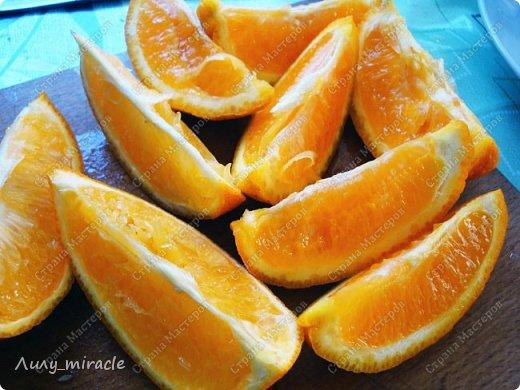 В последнее время наша семья полюбила абрикосовое варенье. В этом году решила поэкспериментировать со вкусами. Идея с апельсинами принадлежит моему мужу. Да, идея не авторская, но тем-не-менее. Результат нас впечатлил - очень ароматное, оригинальное сочетание вкусов.  Любителям апельсинов и абрикосов посвящается :) фото 3