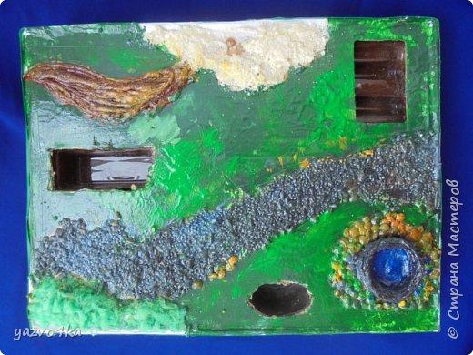 Увидела как-то вот такую штуку http://www.liveinternet.ru/users/julyday/post109618844 и загорелась. Вроде делать просто, материалов минимум, результат интересный. Делала в итоге год))) Подробно о создании рассказано по ссылке, у меня отличия в создании поверхностей и углубления я красила акриловыми красками. Итак, подробнее о поверхности. Объемная трава/мох - губка для посуды настриженная ножницами, приклеенная на Солид. Колодец - жгуты из салфетки (http://stranamasterov.ru/node/308701?c=favorite), приклеенные на ПВА и раскрашенные акрилом. Камни возле колодца - чечевица, клеила на Солид. Дорога - пшено и чутка перловки, приклеены на Солид, окрашены. Песок - манка, клей тот же. Нечто коричневое - салфеточные жгуты, имитирующие завал из веток, клеила на ПВА.  Сначал все приклеила, потом окрасила, потом залачила и выдала детям) фото 1