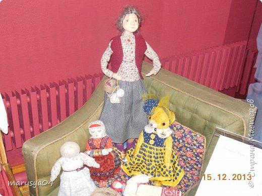 """Эта выставка была давно - в 2013 году. Забежали поздно - буквально перед закрытием. Фото давались с трудом - большинство кукол было в витринах, фотоаппаратом пользоваться не умела - никак не могла настроить вспышку. Так как торопились - авторов работ и названия тоже не успела везде запечатлеть. Ну где и что успела - обязательно укажу. С лева Кукла с корзинкой называется """"По бруснику"""" Автор - Морева Людмила, пос. Уйма. Также у этого автора среди представленных есть работа """"в ожидании встречи"""", но которая из них - сказать затрудняюсь. фото 5"""