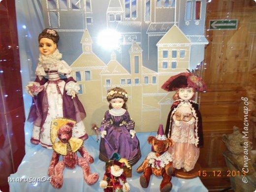 """Эта выставка была давно - в 2013 году. Забежали поздно - буквально перед закрытием. Фото давались с трудом - большинство кукол было в витринах, фотоаппаратом пользоваться не умела - никак не могла настроить вспышку. Так как торопились - авторов работ и названия тоже не успела везде запечатлеть. Ну где и что успела - обязательно укажу. С лева Кукла с корзинкой называется """"По бруснику"""" Автор - Морева Людмила, пос. Уйма. Также у этого автора среди представленных есть работа """"в ожидании встречи"""", но которая из них - сказать затрудняюсь. фото 15"""
