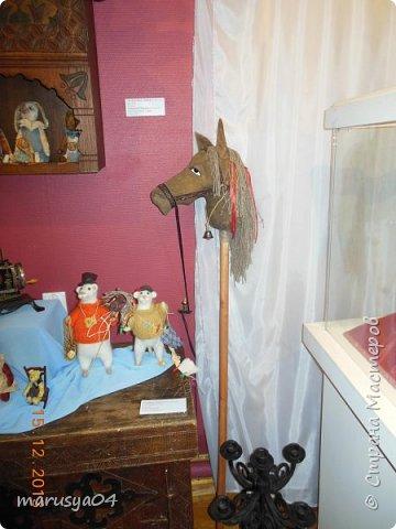 """Эта выставка была давно - в 2013 году. Забежали поздно - буквально перед закрытием. Фото давались с трудом - большинство кукол было в витринах, фотоаппаратом пользоваться не умела - никак не могла настроить вспышку. Так как торопились - авторов работ и названия тоже не успела везде запечатлеть. Ну где и что успела - обязательно укажу. С лева Кукла с корзинкой называется """"По бруснику"""" Автор - Морева Людмила, пос. Уйма. Также у этого автора среди представленных есть работа """"в ожидании встречи"""", но которая из них - сказать затрудняюсь. фото 23"""