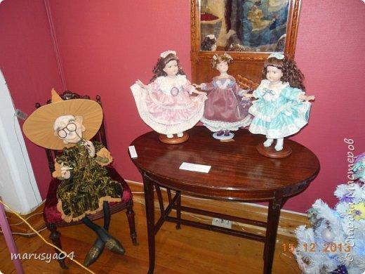 """Эта выставка была давно - в 2013 году. Забежали поздно - буквально перед закрытием. Фото давались с трудом - большинство кукол было в витринах, фотоаппаратом пользоваться не умела - никак не могла настроить вспышку. Так как торопились - авторов работ и названия тоже не успела везде запечатлеть. Ну где и что успела - обязательно укажу. С лева Кукла с корзинкой называется """"По бруснику"""" Автор - Морева Людмила, пос. Уйма. Также у этого автора среди представленных есть работа """"в ожидании встречи"""", но которая из них - сказать затрудняюсь. фото 31"""