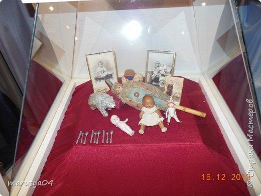 """Эта выставка была давно - в 2013 году. Забежали поздно - буквально перед закрытием. Фото давались с трудом - большинство кукол было в витринах, фотоаппаратом пользоваться не умела - никак не могла настроить вспышку. Так как торопились - авторов работ и названия тоже не успела везде запечатлеть. Ну где и что успела - обязательно укажу. С лева Кукла с корзинкой называется """"По бруснику"""" Автор - Морева Людмила, пос. Уйма. Также у этого автора среди представленных есть работа """"в ожидании встречи"""", но которая из них - сказать затрудняюсь. фото 33"""