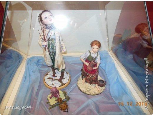 """Эта выставка была давно - в 2013 году. Забежали поздно - буквально перед закрытием. Фото давались с трудом - большинство кукол было в витринах, фотоаппаратом пользоваться не умела - никак не могла настроить вспышку. Так как торопились - авторов работ и названия тоже не успела везде запечатлеть. Ну где и что успела - обязательно укажу. С лева Кукла с корзинкой называется """"По бруснику"""" Автор - Морева Людмила, пос. Уйма. Также у этого автора среди представленных есть работа """"в ожидании встречи"""", но которая из них - сказать затрудняюсь. фото 42"""