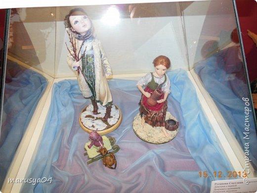 """Эта выставка была давно - в 2013 году. Забежали поздно - буквально перед закрытием. Фото давались с трудом - большинство кукол было в витринах, фотоаппаратом пользоваться не умела - никак не могла настроить вспышку. Так как торопились - авторов работ и названия тоже не успела везде запечатлеть. Ну где и что успела - обязательно укажу. С лева Кукла с корзинкой называется """"По бруснику"""" Автор - Морева Людмила, пос. Уйма. Также у этого автора среди представленных есть работа """"в ожидании встречи"""", но которая из них - сказать затрудняюсь. фото 43"""