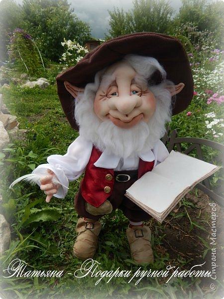 Шёл по лесу старый гномик,Нёс в руках он сказок томик.Шёл тропинкой, не спеша,Кучу листьев вороша.Не глядел по сторонам:Интерес его не там.Томик на ходу листал И писать он не устал. фото 5