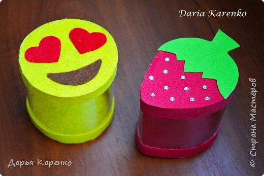 Всем огромный привет :) Сегодня я покажу вам как сделать очень милые коробочки из пластиковых бутылок фетра и фоамирана. У меня получилась коробочка смайлик и клубничка. Они отлично подойдут в качестве подарочной упаковки, конфетницы, шкатулки. Их очень легко сделать. Смотрите пожалуйста мой урок и подписывайтесь :)