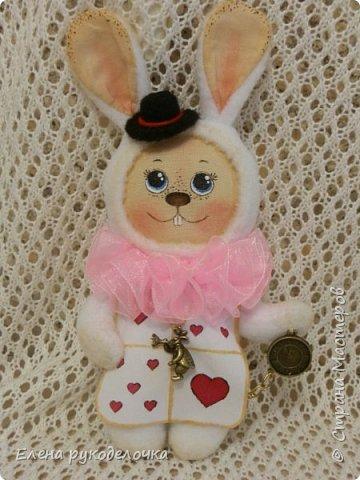 """Доброго времени суток всем, кто заглянул ко мне в гости!!! Сегодня я хочу показать ещё одного ушастика.... На этот раз я решила создать образ белого кролика из """"Алисы в стране чудес"""". фото 1"""