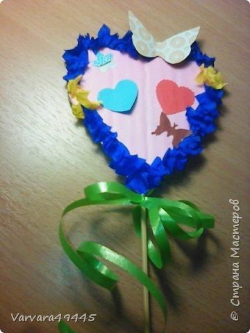 Делать это легко. Вырезаем из картона сердечко облепливаем салфеточкой а потом декор с палочкой Хорошей подарок маме или бабушке
