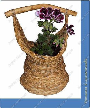 Яблоневых ручек для плетёных корзин заготовила много. Прижилась английская герань в маленьких баночках и назрела необходимость сплести ещё корзину. Корзина защищает баночку, а значит и корни растения от перегревания на солнце. Дно плету на основе сотового поликарбоната, который остался от постройки теплицы. Как плести такое дно можно посмотреть здесь  http://stranamasterov.ru/node/596573  фото 1