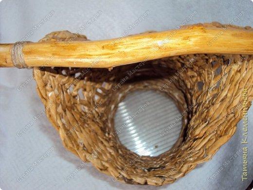 Яблоневых ручек для плетёных корзин заготовила много. Прижилась английская герань в маленьких баночках и назрела необходимость сплести ещё корзину. Корзина защищает баночку, а значит и корни растения от перегревания на солнце. Дно плету на основе сотового поликарбоната, который остался от постройки теплицы. Как плести такое дно можно посмотреть здесь  http://stranamasterov.ru/node/596573  фото 3