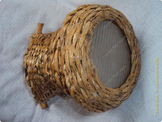 Яблоневых ручек для плетёных корзин заготовила много. Прижилась английская герань в маленьких баночках и назрела необходимость сплести ещё корзину. Корзина защищает баночку, а значит и корни растения от перегревания на солнце. Дно плету на основе сотового поликарбоната, который остался от постройки теплицы. Как плести такое дно можно посмотреть здесь  http://stranamasterov.ru/node/596573  фото 4